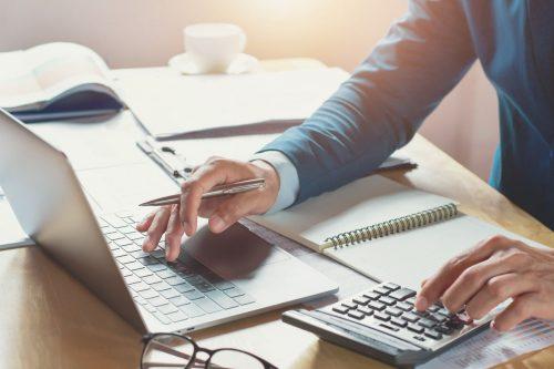 Entrepreneur calculant la tva