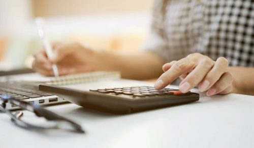 Entrepreneur calculant les bénéfices non commerciaux