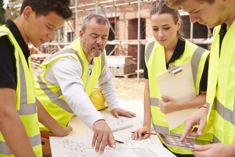 Entrepreneur sur un chantier de construction