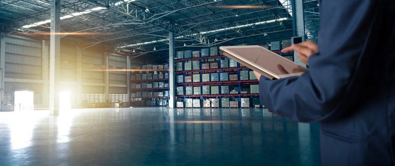 personnel de logistique en inventaire