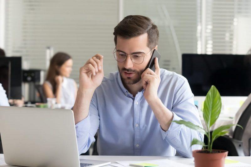 professionnel de la finance au téléphone